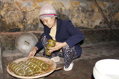 Torta de arroz asiática del embalaje de la mujer Fotos de archivo