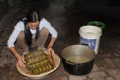 Torta de arroz asiática del embalaje de la mujer Imágenes de archivo libres de regalías