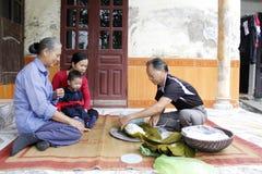 Torta de arroz asiática del embalaje del hombre Imagen de archivo