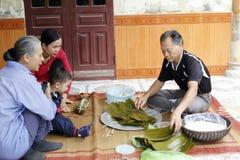 Torta de arroz asiática del embalaje del hombre Fotos de archivo libres de regalías