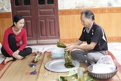 Torta de arroz asiática del embalaje del hombre Imagenes de archivo