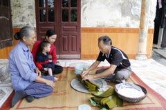 Torta de arroz asiática del embalaje del hombre Fotografía de archivo libre de regalías