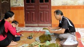 Torta de arroz asiática del embalaje del hombre Imágenes de archivo libres de regalías