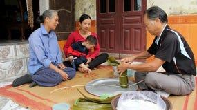 Torta de arroz asiática del embalaje del hombre Foto de archivo