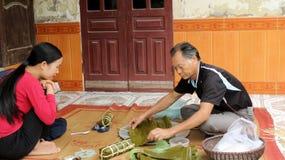 Torta de arroz asiática del embalaje del hombre Foto de archivo libre de regalías