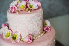 Torta de boda con las rosas Foto de archivo libre de regalías