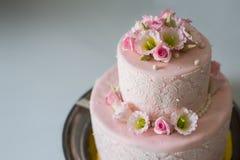 Torta de boda con las rosas Fotografía de archivo libre de regalías