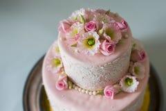 Torta de boda con las rosas Imágenes de archivo libres de regalías