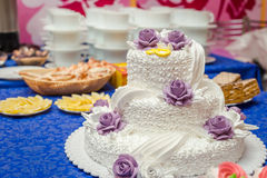 Torta de boda con las rosas Foto de archivo