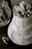 Torta de boda con las rosas y las estatuillas Fotografía de archivo