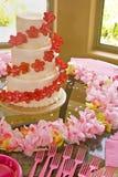 Torta de boda en color de rosa y rojo Imagen de archivo libre de regalías