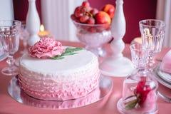 Torta de boda rosada Fotografía de archivo