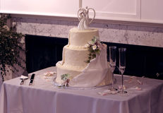 Torta de boda y vidrios de varias filas hermosos de Champán Imagenes de archivo