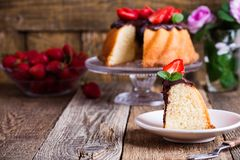 Torta de Bundt con el esmalte del ganache del chocolate y las fresas frescas Imagen de archivo libre de regalías