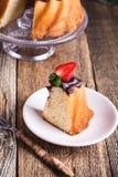 Torta de Bundt con el esmalte del ganache del chocolate y las fresas frescas Fotografía de archivo libre de regalías