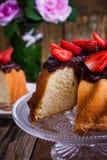 Torta de Bundt con el esmalte del ganache del chocolate y las fresas frescas Imagenes de archivo