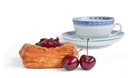 Torta de café con la cereza y una taza Imagen de archivo