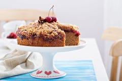 Torta de café de la migaja de la cereza con canela fotografía de archivo