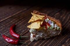 Torta de carne australiana na tabela e no abacate, pimentão, microplaquetas uma vista superior horizontal, estilo rústico Fotos de Stock Royalty Free