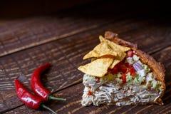 Torta de carne australiana na tabela e no abacate, pimentão, microplaquetas uma vista superior horizontal, estilo rústico Imagens de Stock Royalty Free