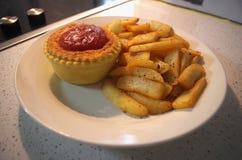 Torta de carne com molho de tomate e as microplaquetas quentes Imagem de Stock
