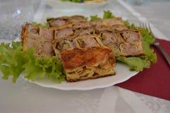 Torta de carne na placa branca Imagens de Stock