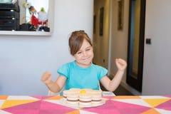 Torta de celebración y de observación del pequeño niño feliz Imagenes de archivo