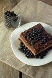Torta de Chockolate con el arándano y el vidrio con las bayas Fotografía de archivo