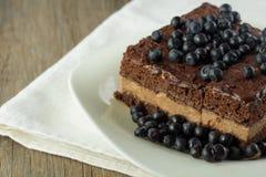 Torta de Chockolate con el primer del arándano Imágenes de archivo libres de regalías