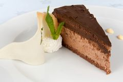 Torta de chocolate adornada imagen de archivo libre de regalías