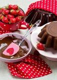 Torta de chocolate Adornamiento con la formación de hielo y fresas del chocolate Fotos de archivo libres de regalías