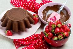 Torta de chocolate Adornamiento con la formación de hielo y fresas del chocolate Imágenes de archivo libres de regalías