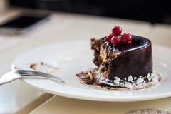Torta de chocolate (comida) mordida en la placa Fotografía de archivo