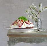 Torta de chocolate con crema y fresas imagen de archivo