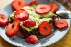 Torta de chocolate con el desmoche de la fresa y del pistacho fotos de archivo