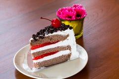 Torta de chocolate con la cereza Imágenes de archivo libres de regalías