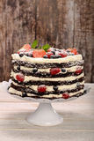 Torta de chocolate con la crema blanca y las frutas frescas Fotos de archivo