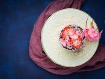 Torta de chocolate con la decoración de la flor de la fresa Imagen de archivo libre de regalías