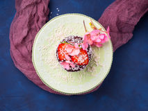 Torta de chocolate con la decoración de la flor de la fresa Imagen de archivo