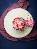Torta de chocolate con la decoración de la flor de la fresa Foto de archivo