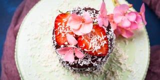 Torta de chocolate con la decoración de la flor de la fresa Imagenes de archivo