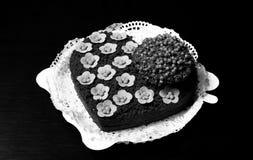 Torta de chocolate con la planta natural en un pote y flores del azúcar Fotos de archivo