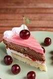Torta de chocolate con las cerezas en fondo de madera Fotos de archivo