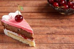 Torta de chocolate con las cerezas en fondo de madera Foto de archivo libre de regalías