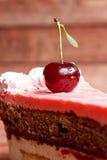 Torta de chocolate con las cerezas en fondo de madera Imagen de archivo
