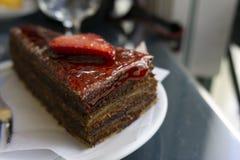torta de chocolate con las fresas imagen de archivo libre de regalías