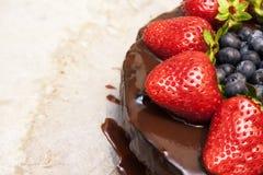 Torta de chocolate con las fresas y el espacio de la copia Fotografía de archivo