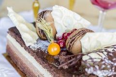Torta de chocolate con las galletas y las bayas Imágenes de archivo libres de regalías