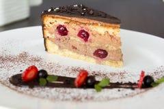 Torta de chocolate con las guindas Imagen de archivo
