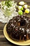Torta de chocolate con las pasas en la tabla de pascua Fotografía de archivo libre de regalías